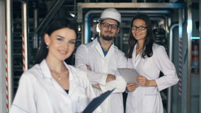 Ingenieros en la fábrica metrajes