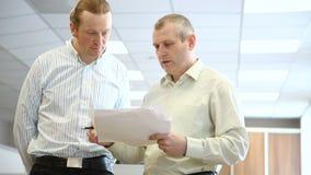 Ingenieros en la oficina para discutir los documentos almacen de video