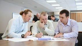 Ingenieros en la oficina que discuten un nuevo proyecto almacen de video