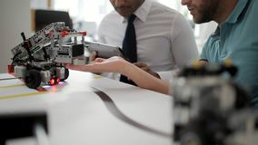 Ingenieros jovenes que prueban los robots en la acción