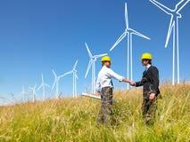 Ingenieros que construyen los molinoes de viento Foto de archivo