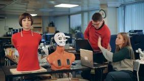 Ingenieros que controlan los droids de trabajo, cierre almacen de video