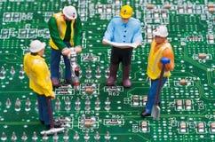 Ingenieros que fijan el ordenador