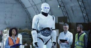 Ingenieros que prueban el androide en un almacén almacen de metraje de vídeo