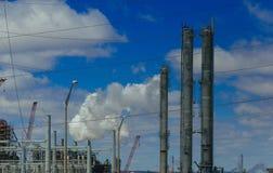 ingenieros que se colocan rodeados por industria del petróleo y gas de las tuberías fotos de archivo