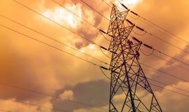 Ingenieros que trabajan en una torre eléctrica del poder Imagenes de archivo