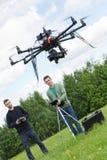 Ingenieros que vuelan el abejón del UAV en parque fotografía de archivo libre de regalías