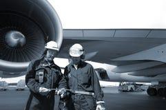 Ingenieros y avión de pasajeros
