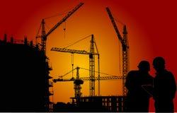 Ingenieros y grúas en la puesta del sol roja Imagenes de archivo