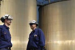 Ingenieros y los combustible-tanques Foto de archivo libre de regalías