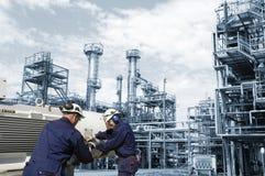 Ingenieros y refinería de petróleo Imágenes de archivo libres de regalías