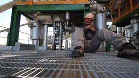 Ingenieur aan het worrking in raffinaderijinstallatie stock video