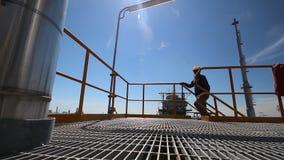 Ingenieur aan het worrking in raffinaderijinstallatie stock footage