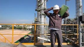Ingenieur aan het worrking in raffinaderijinstallatie stock videobeelden