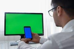 Ingenieur, Aannemer, Ontwerper in Glazen die aan een Personal computer met het Groen Scherm op Monitor werken dat heeft royalty-vrije stock foto