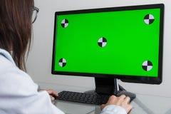 Ingenieur, Aannemer, Ontwerper in Glazen die aan een Personal computer met het Groen Scherm op Monitor werken dat heeft stock afbeeldingen