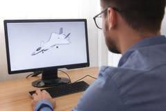 Ingenieur, Aannemer, Ontwerper in Glazen die aan een Personal computer werken Hij is het Creëren, Ontwerpend een Nieuw 3D Model  royalty-vrije stock foto