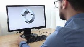 Ingenieur, Aannemer, Ontwerper in Glazen die aan een Personal computer werken Hij is het creëren, ontwerpend een nieuw 3 D model stock videobeelden