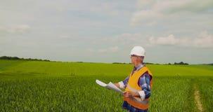 Ingenieur Analyzing Plan While die Landbouwbedrijf bekijken stock video
