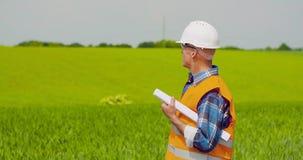 Ingenieur Analyzing Plan While die Landbouwbedrijf bekijken stock footage