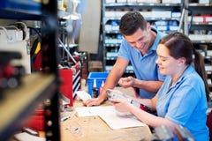 Ingenieur-And Apprentice Examining-Komponente am Werktisch stockbilder