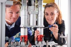 Ingenieur And Apprentice Working op Machine in Fabriek royalty-vrije stock foto