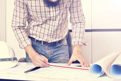 Ingenieur arbeitet an dem Schreibtisch Stockbilder