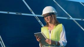 Ingenieur, architectentypes op een tablet dichtbij zonbatterijen Alternatief, groen energieconcept stock footage