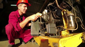 Ingenieur-Checking The High-Druck-Kompressor stock video footage