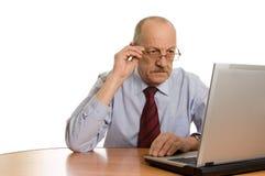 Ingenieur am Computer getrennt auf Weiß Stockfotos