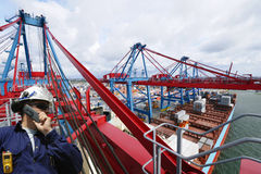 Ingenieur, containers en kranen Royalty-vrije Stock Foto