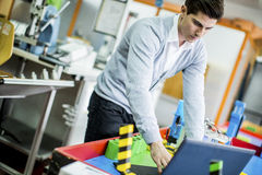 Ingenieur in de fabriek royalty-vrije stock afbeelding