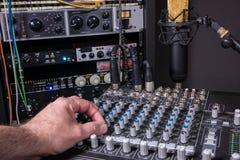 Ingenieur in de Studio van de Muziekopname Royalty-vrije Stock Afbeeldingen