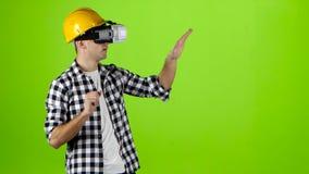 Ingenieur in den gelben Sturzhelmarbeiten von vr Gläsern Grüner Bildschirm stock video