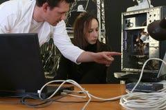 Ingenieur, der Arbeit über Computer erklärt Stockbilder