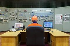 Ingenieur, der am Arbeitsplatz sitzt Stockbilder