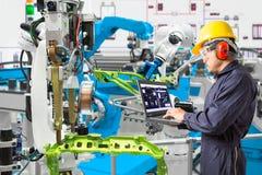 Ingenieur, der automatisches Roboter Laptop-Computer Wartung verwendet Lizenzfreie Stockfotos