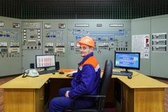 Ingenieur, der bei Tisch sitzt Stockbild