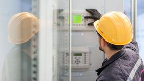 Ingenieur, der Buchtsteuergerät in Auftrag gibt Technische Abteilung Stockbilder
