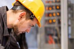 Ingenieur, der Buchtsteuergerät in Auftrag gibt Technische Abteilung Lizenzfreies Stockbild