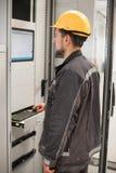 Ingenieur, der Buchtsteuergerät in Auftrag gibt Technische Abteilung Lizenzfreie Stockbilder