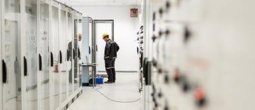 Ingenieur, der Buchtsteuergerät in Auftrag gibt Technische Abteilung Lizenzfreies Stockfoto
