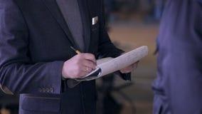 Ingenieur, der ein Dokument in der industriellen Fabrik unterzeichnet HD1080p stock video footage