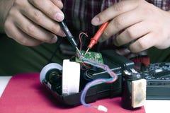 Ingenieur, der eine grelle Maßeinheit repariert Stockfoto