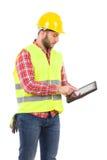Ingenieur, der eine stoßsichere digitale Tablette verwendet Lizenzfreies Stockbild