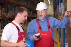 Ingenieur, der einen eben eingestellten Angestellten ausbildet. Stockbilder