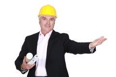 Ingenieur, der einen Kunden begrüßt Stockbilder