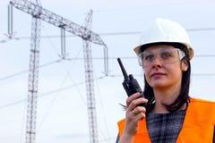Ingenieur der elektrischen Verteilung, der auf einem Funksprechgerät spricht Stockbild