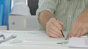 Ingenieur, der im Büro zeichnet technisches Projekt auf dem Papier arbeitet stock video footage