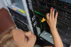 Ingenieur It der jungen Frau mit einem Schraubenzieher zwischen dem Serverra lizenzfreie stockfotos